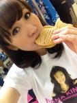AKB48 片山陽加 セクシー 食事顔 たい焼き 咥え 顔アップ カメラ目線 木の実ナナのTシャツ 高画質エロかわいい画像15