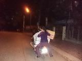荷物を抱える女性2