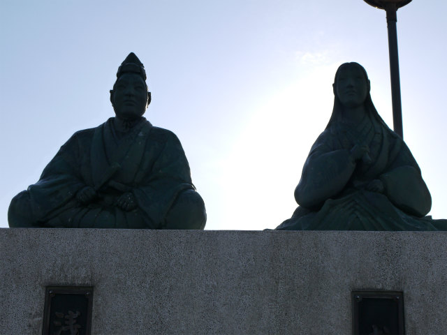 河毛駅 浅井長政とお市の銅像