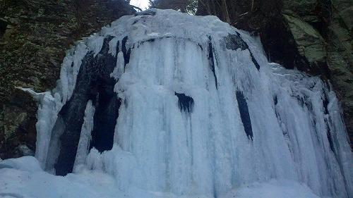 s-氷瀑の中の黒馬