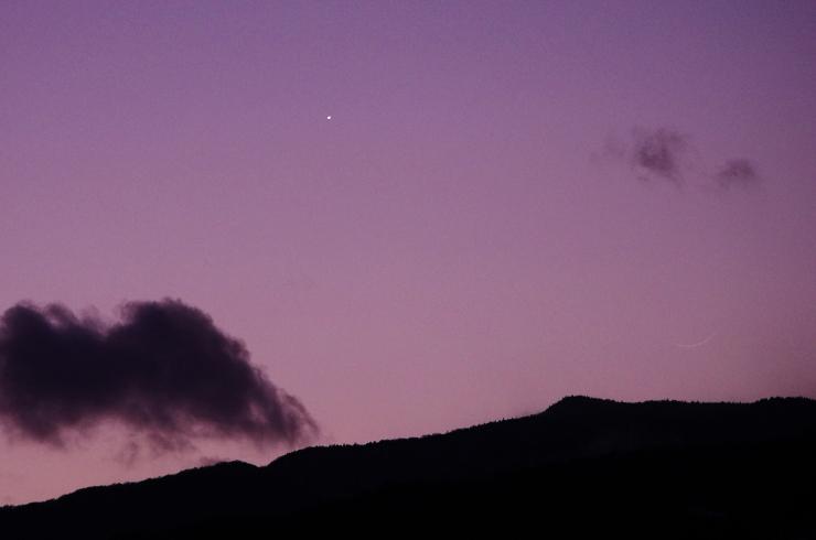 金星と極細の月