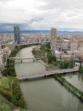 ホテル最上階の24階からの景色。店内のカウンターと川の曲線が酷似!