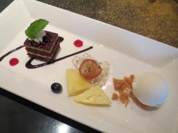 特製デザート。チョコレートケーキ、フルーツ、ヨーグルトアイス。美味し♪