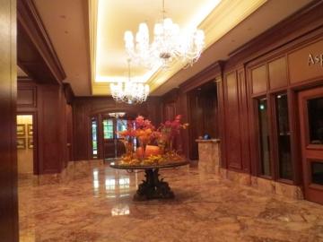 ホテル正面入口、中から
