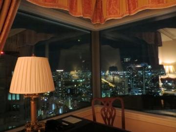 窓から夜景が見えます