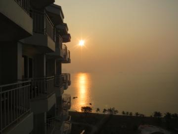 2-1 ハロン二日目朝、ビーチ沿いホテルなのを認識。湾から上がる太陽