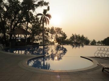 2-2 ホテルのプールから見る朝陽