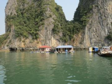 2-11 洞窟の周辺には水上生活者