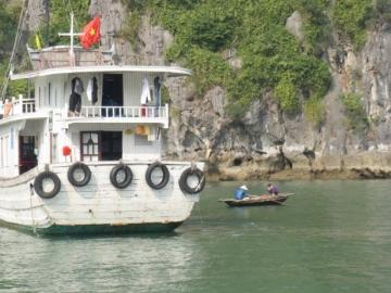 2-13 小船が木造船に近づいてきます。バナナなどをはり付いて売るのです