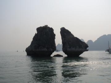 2-14 湾のシンボル的存在、闘鶏岩