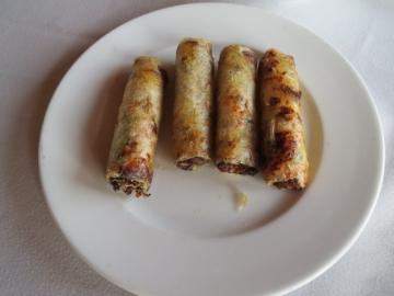 2-20 揚げ春巻き(チャーヨー) 数種類の野菜と豚肉を詰めて揚げたもの。皮がサクサクで