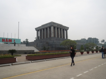 3-9 ホーチミン廟の前にあるクアン・チューン・バーディン:Quang Tuong Ba Dinh(バーディン広場)は、1945年9月2日にホーチミンがベトナム民主共和国の独立宣言を読み上げた場所として有名