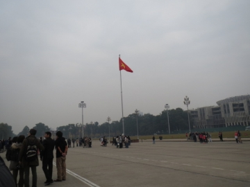 3-10 広場を挟んで廟の反対側にある建物は国会議事堂