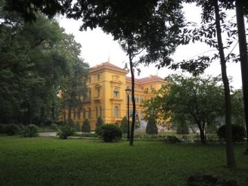 3-11 クリーム色の洋館は、ホーチミンが1954年から亡くなる1969年まで執務を行った大統領府