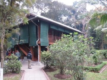 3-14 ホーチミンが1969年まで住んでいた家がそのまま残されている。1958年に建てられた木造高床式の住居で、素朴で庶民的だった故人の人柄を偲ばせる