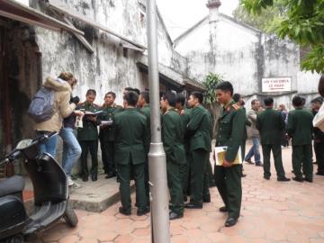 3-17寺前には若き軍人さんが群がる。課題の消化中