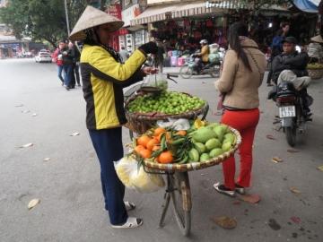 3-44 街中で果物の量り売り