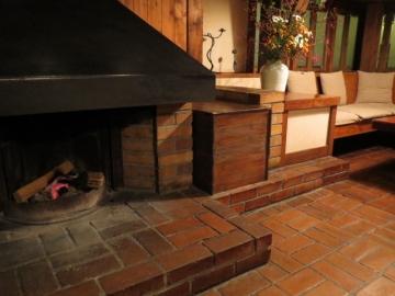 静かに燃える暖炉、使用後の割り箸を焚きつけにしていた