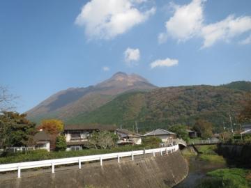 旅館前から見る由布岳