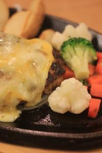 チーズハンバーグ。