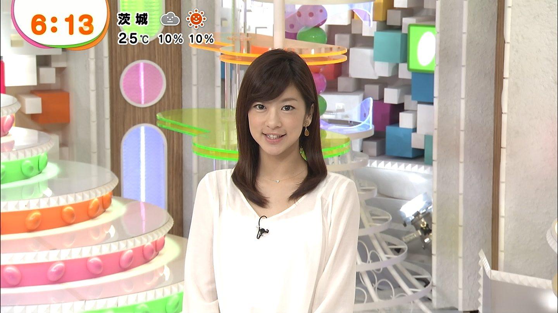 白いシフォンのトップスでカメラに微笑むアナウンサー、生野陽子