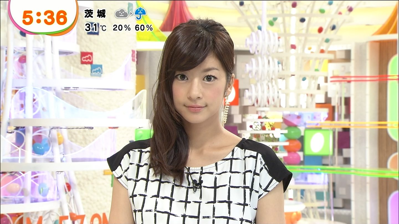 モノトーンのトップスでカメラを見つめるアナウンサー、生野陽子