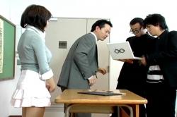 何これ・・と生徒のパソコンを覗き込む山形先生