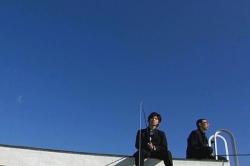 なぜか屋上で釣り針を垂らしている男子生徒