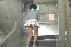 階段を駆け上がっていくマチコ先生とパンチラ