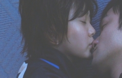 寝ている哲郎にキスしようとする純