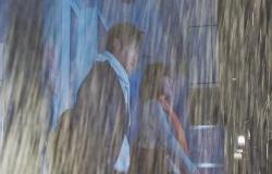 土砂降りになり江梨子と雨宿りをしている哲郎