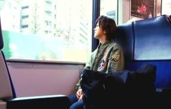 東京に向かう新幹線の中にいる佐藤純