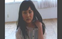 かつらをかぶり、女の子モデルとして写真を撮られている純