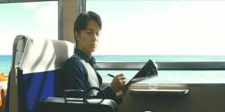 電車の中であることが気になる湯川