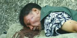 海岸で自殺したように見せかけられた元・刑事の死体