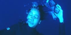 海中で水中眼鏡を外す成美