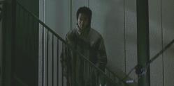 靖子が帰ってくるのを部屋の前で待っていた石神
