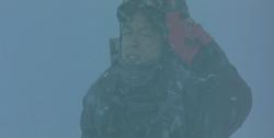 雪山で吹雪に遭遇し、石神を見失いそうになっている湯川