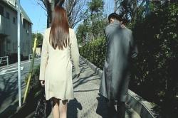 住宅街を歩くデリヘル嬢と店長・津田