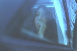 後ろの座席で煙草を吸って待機している風俗嬢・沙織
