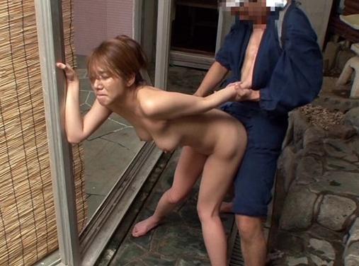 混浴につかる人妻の透け乳首をオカズにせんずりをしていたらバレて