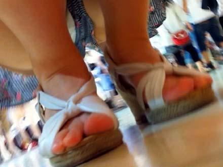 【美人アパレル店員限定。 胸チラ&パンチラ探検隊!】vol10美人アパレル胸チラ&パンチラ胸おさえてパンツは丸見えw