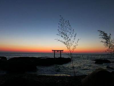 神磯の鳥居と夜明けの海。