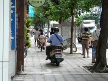 歩道にバイク