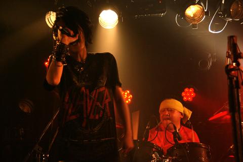 Explosion Party ボーカル小関文(スレイヤーTシャツ)と生駒さん