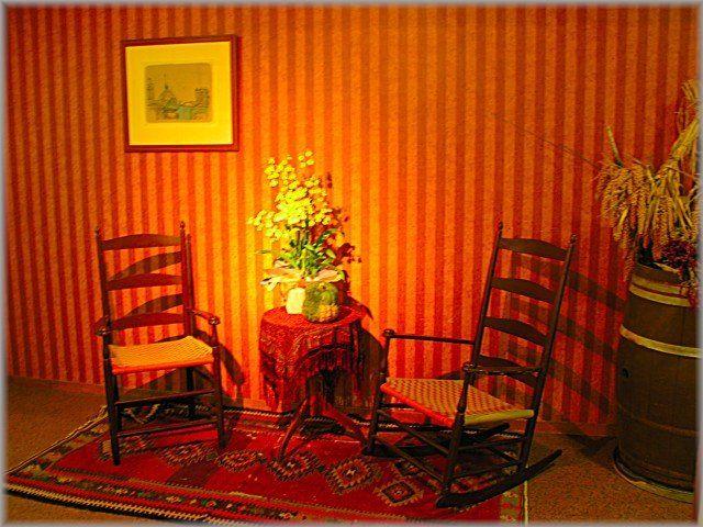 花の飾られた小さなテーブルと椅子