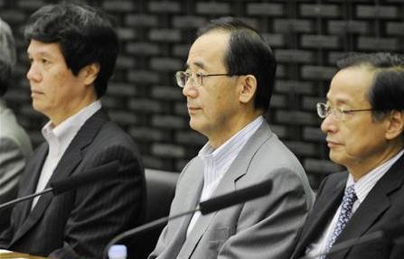 日銀支店長会議に臨む白川総裁(中央)=2010年7月8日午前、日銀本店