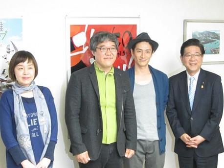 左から、プロデューサーのキム・ジョンアさん、キム・サンマン監督、伊勢谷友介さん、北橋健治市長。