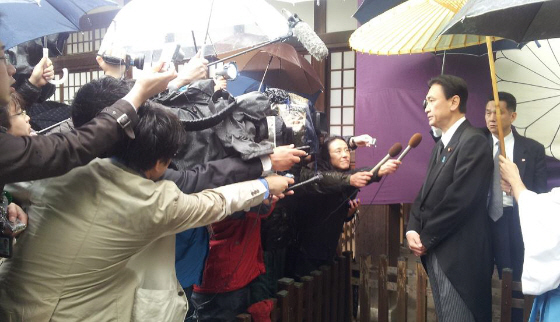 古屋圭司拉致問題担当相が靖国神社を参拝