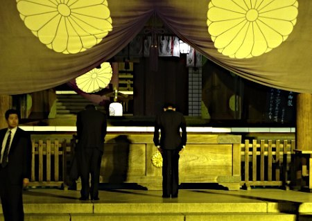 麻生太郎副総理と古屋圭司国家公安委員長は21日、東京・九段北の靖国神社をそれぞれ参拝した。写真は参拝する麻生副総理(中央)。